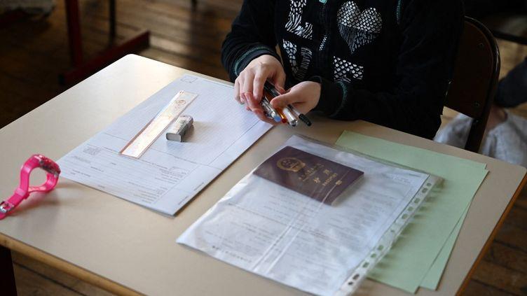 Une élève de terminale s'apprête à passer le bac de philosophie le 17 juin 2019 au lycée Janson de Sailly, à Paris. (DOMINIQUE FAGET / AFP)