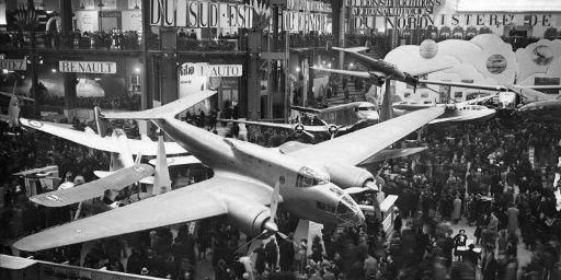 A titre de comparaison, cette photo du salon de l'aviation en 1938 à Paris. A cette époque, les appareils pouvaient être acheminés au centre de Paris et tenir dans un hall d'exposition. (AFP)