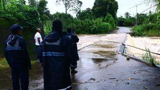 La police municipale constate l'inondation d'un pont situé à Lamentin (Guadeloupe), mardi 10 novembre 2020. (GUADELOUPE LA 1ERE)