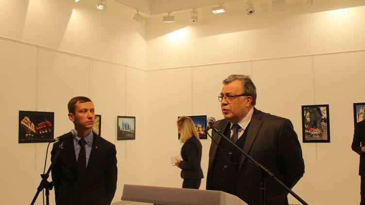 L'ambassadeur russe en Turquie, Andrei Karlov, s'exrpime lors de la visite d'une exposition au Centre d'art moderne d'Ankara, juste avant son assassinat, le 19 décembre 2016. (ECENUR COLAK / ANADOLU AGENCY / AFP)