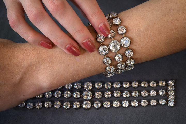 Cette photo prise le 6 septembre 2021 montre les deux bracelets de diamants de la reine Marie-Antoinette qui seront mis aux enchères pour la première fois le 9 novembre 2021 chez Christie's à Genève (Suisse). (FABRICE COFFRINI / AFP)