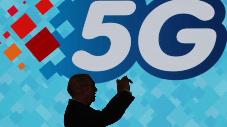 La 5G existe à Monaco depuis plusieurs mois. Un monégasque vérifie avac son smartphone. (VALERY HACHE / AFP)