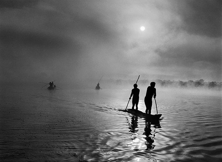 Dans la région du Haut-Xingu, un groupe d'Indiens Waura pêche dans le lac de Piyulaga, près de leur village. Le bassin du Haut-Xingu abrite une population très diversifiée. Etat du Mato Grosso, Brésil, 2005. (© SEBASTIÃO SALGADO / AMAZONAS)