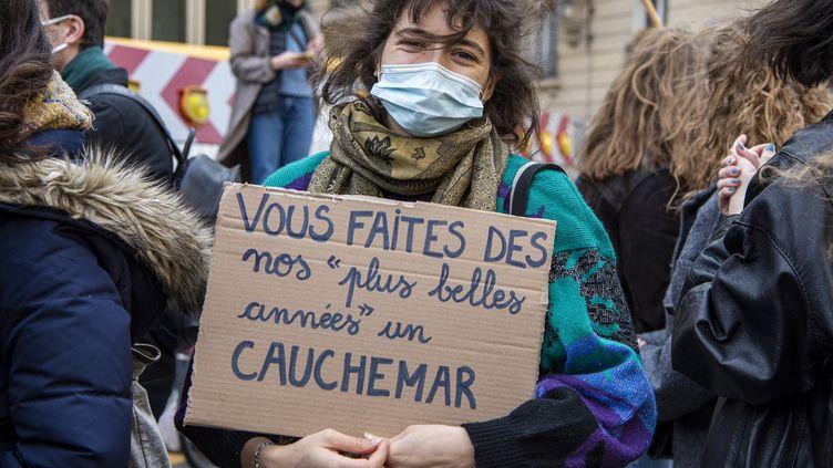 Unejeune femme manifeste pour dénoncer les conditions de vie des étudiants durant la pandémie de Covid-19, le 20 janvier 2021, à Paris. (VINCENT GERBET / HANS LUCAS / AFP)