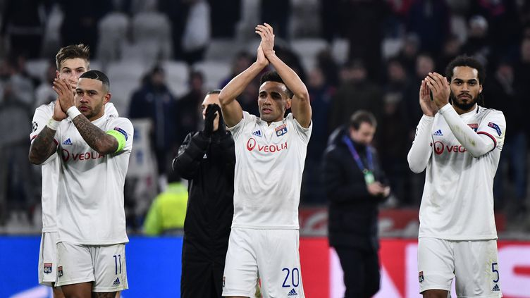 Les joueurs de l'Olympique lyonnais célèbrent leur victoire face à Leipzig, àDecines-Charpieu (Rhône) le 10 décembre 2019. (JEFF PACHOUD / AFP)