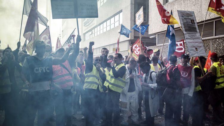 Les salariés du groupe pharmaceutique Sanofi manifestent contre les licenciements prévus par leur entreprise, le 25 octobre 2012, à Lyon (Rhône). (JEFF PACHOUD / AFP)