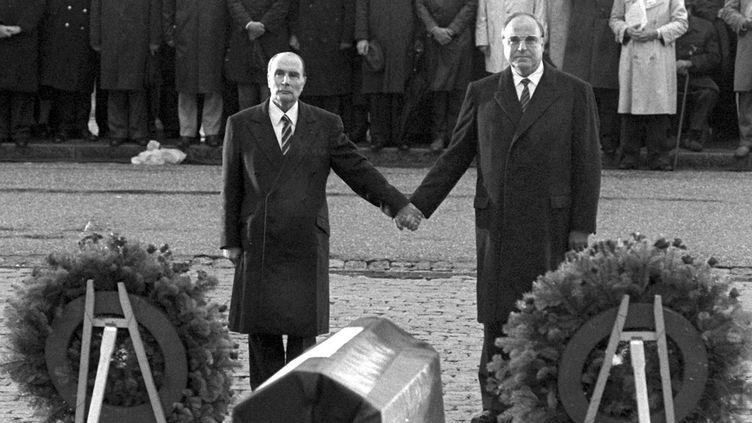 François Mitterrand et Helmut Kohl main dans la main devant l'Ossuaire de Douaumont le 22 septembre 1984  (Wolfgang Eilmes/DPA/MAXPPP)