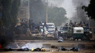 Des militaires soudanais déployés dans une rue proche du QG de l'armée à Khartoum, capitale du Soudan, devant lequel se tient depuis deux mois un sit-in d'opposants au régime. (ASHRAF SHAZLY / AFP)