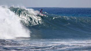 Un surfer, à Le Port, sur l'île de La Réunion, le 3 août 2011. (AFP)
