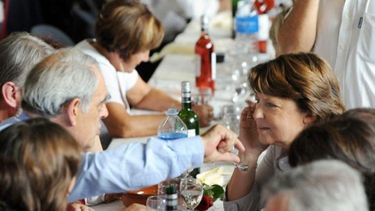La première secrétaire du PS, Martine Aubry), discutant avec le député des Landes, Henri Emmanuelli (le 25-9-2010) (AFP - JEAN-PIERRE MULLER)