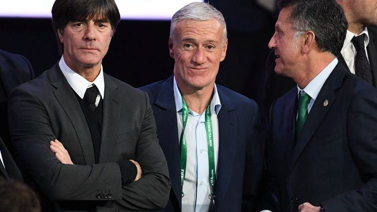 Le sélectionneur de l'équipe de France de football, Didier Deschamps (au centre) et son homologue allemand Joachim Löw (à gauche) lors du tirage au sort du premier tour du Mondial 2018, le 1er décembre 2017 à Moscou. (GRIGORIY SISOEV / AFP)