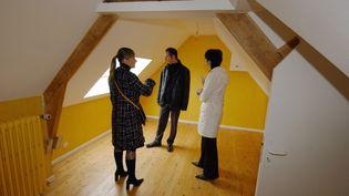Visite d'un logement en compagnie d'un agent immobilier. (MYCHELE DANIAU / AFP)