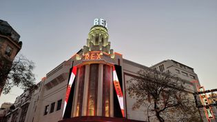 """Le cinéma Le Grand Rex le 15 décembre 2020 affiche de grands bandeaux avec les mentions """"ferrmé"""" et """"pas essentiel"""". (LE GRAND REX)"""