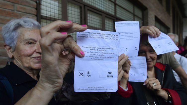 """Des Catalans se sont rassemblés dès l'aube dimanche 1er octobre à Barcelone pour """"défendre"""" les centres de vote (illustration).  (JOSE JORDAN / AFP)"""