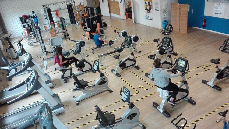 Dispositif mis en place dans une salle de sport du Mans pour respecter la distanciation physique. (RUDDY GUILMIN / RADIOFRANCE)