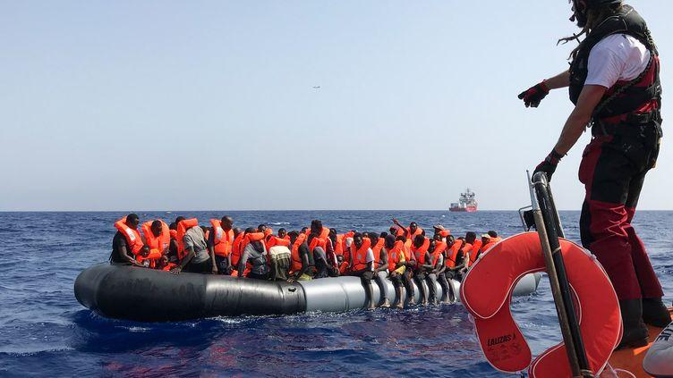 Opération de sauvetage de l'Ocean Viking en mer Méditerranée, le 9 août 2019. (ANNE CHAON / AFP)
