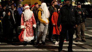 L'attentat s'est déroulé le soir d'Halloween : àproximité des lieux, les forces de l'ordre se mélaient aux passants en costume. (ANDREW KELLY / REUTERS)