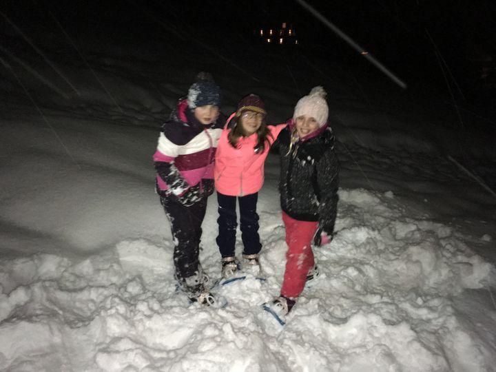 Janelle, Romy et Margaux en pleine rando raquettes au Grand Bornand, en Haute-Savoie. (INGRID POHU / RADIO FRANCE)