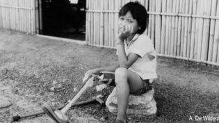 Elle avait dix ans lorsqu'elle a eu la jambe arrachée par une mine antipersonnel au Cambodge en plein conflit khmer rouge. L'enfant est devenue une femme, aujourd'hui infirmière à Rennes, et elle a voulu retourner sur place ave sa fille et le médecin qui l'a sauvée. (France 3)
