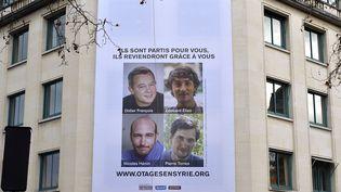 Affiche de soutien aux otages français en Syrie, le 6 janvier 2014 à Paris. (ARNAUD GUILLAUME / SIPA)