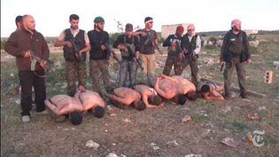 """Capture d'écran de la vidéo d'une exécution sommaire, près d'Idlib (Syrie) au printemps 2012, mise en ligne par le """"New York Times"""", vendredi 6 septembre. (THE NEW YORK TIMES )"""