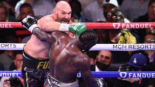 Tyson Fury place undirect du droit sur Deontay Wilder lors de leur combat pour le titre mondial WBC à Las Vegas. Une opposition âpre et pleine de suspense. (ROBYN BECK / AFP)