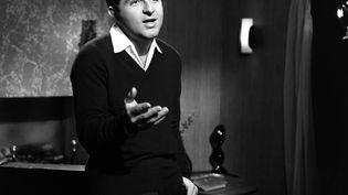 """Le chanteur Richard Anthony sur le plateau de l'émission """"Toute la chanson"""", le 13 février 1963. (CLAUDE JAMES / INA / AFP)"""