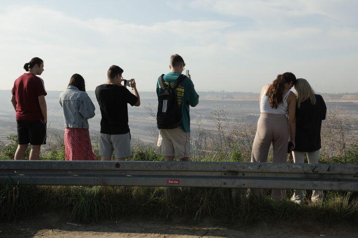 Des élèves de Bavière venus observer la mine de Garzweiler (Allemagne), le 14 septembre 2021. (VALENTINE PASQUESOONE / FRANCEINFO)