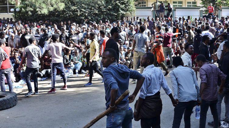 Des partisans de l'opposant éthiopien Jawar Mohammed se massent devant la résidence de l'actuel Premier ministre du pays, le 24 octobre 2019, à Addis-Abeba. (AFP)