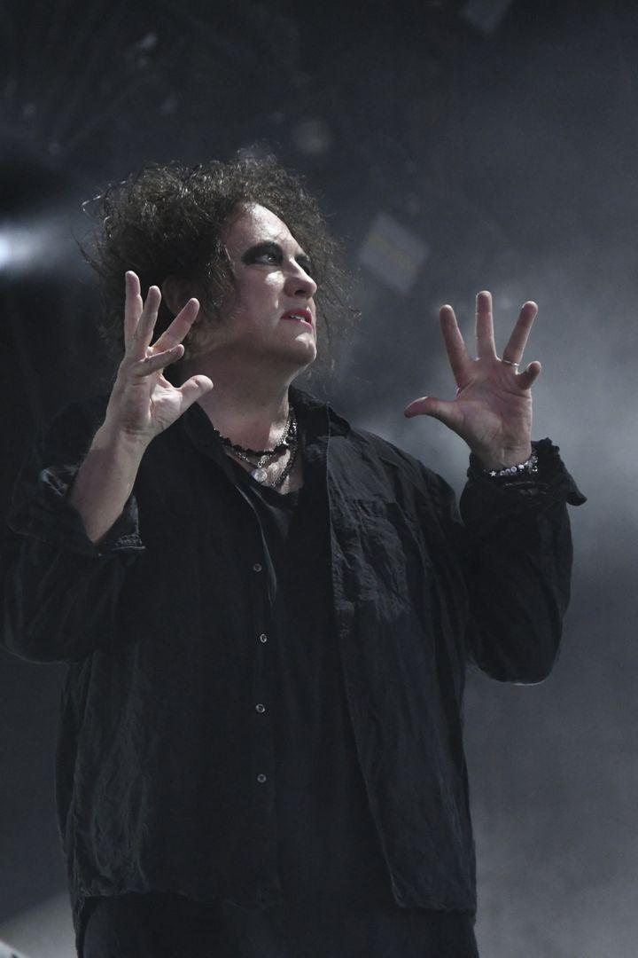 La gestuelle particulière de Robert Smith, lors du concert de The Cure vendredi 23 août 2019 à Rock en Seine. (NATHALIE GUYON/ FRANCE TELEVISIONS)