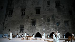 Des acteurs jouent dans la Cour d'honneur du Palais des Papes, le 2 juillet 2019 à Avignon (Vaucluse). (GERARD JULIEN / AFP)