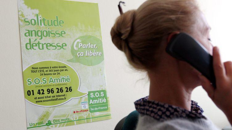 Un membre de SOS amitié au téléphone dans les locaux de l'association en 2011. (JEAN-BAPTISTE QUENTIN / MAXPPP)