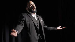 """Dieudonné présente son film """"L'Antisémite"""" au théâtre de la Main d'Or, à Paris, le 25 janvier 2012. (PATRICK KOVARIK / AFP)"""