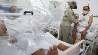 Des malades du Covid-19 à l'hôpital de Manaus, au Brésil, le 8 juin 2020. (MICHAEL DANTAS / AFP)