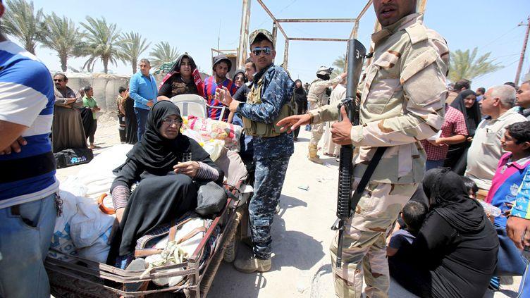 Des Irakiens qui fuient la violence dans la ville de Ramadi sont à la périphérie de Bagdad, le 16 mai 2015. (REUTERS )