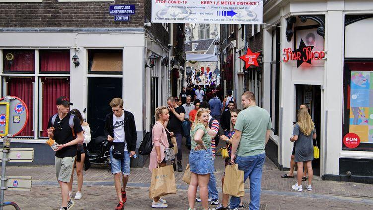 Des personnes marchent dans la rue Kalverstraat, à Amsterdam, le 18 juillet 2020. (OLAF KRAAK / ANP)