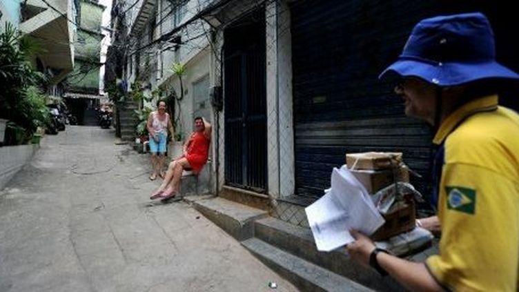 Dans les favelas pacifiées, le facteur a repris sa tournée. (AFP/Christophe Simon)