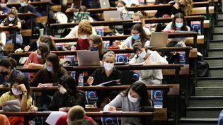 Des étudiants en médecine lors d'un cours magistral à l'université de Nantes (Loire-Atlantique), le 24 septembre 2020. (MAXPPP)