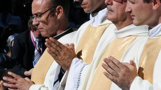 Des prêtres catholiques en prière lors de la fête de l'Assomption, à Lourdes (Hautes-Pyrénées), le 15 août 2013. (PASCAL PAVANI / AFP)