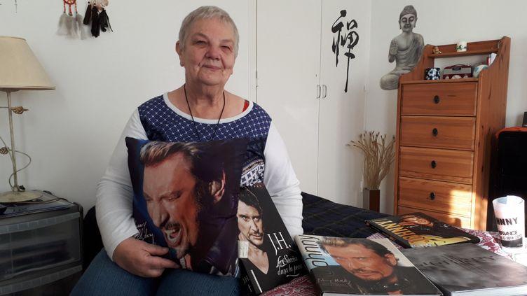 Nelly, 67 ans, fan de Johnny, chez elle à Saint-Denis en décembre 2018. (BENJAMIN ILLY / FRANCE-INFO)