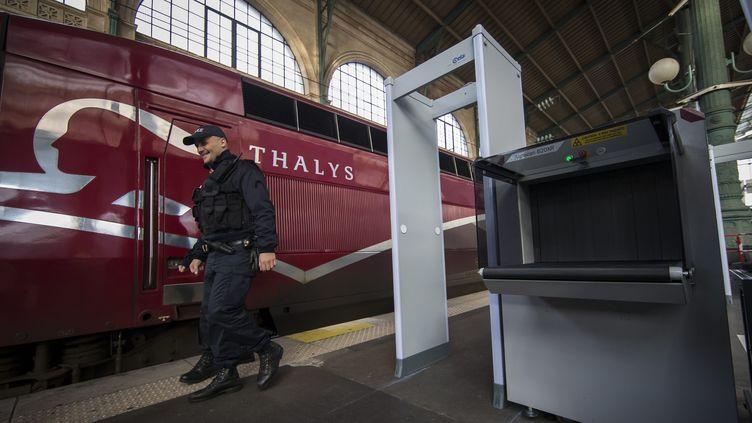 Un policier marche devant un train Thalys à Paris, le 17 novembre 2015. (IAN LANGSDON / EPA)