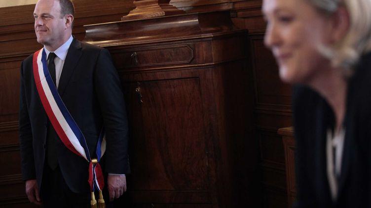 Steeve Briois, après son élection à la mairie d'Hénin-Beaumont en 2014, à l'hôtel de ville en présence de Marine Le Pen. (BAZIZ CHIBANE/SIPA)
