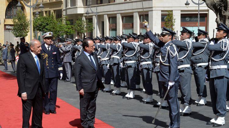 Le président François Hollande, avec le président du parlement libanais, Nabih Berri, le 16 avril 2016 à Beyrouth (Liban). (ANADOLU AGENCY / AFP)