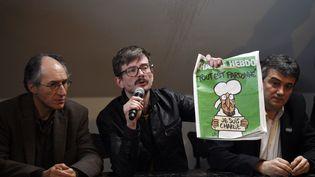 Cette image, des millions de Français l'ont encore chez eux : le 13 janvier, le dessinateur Luz présente à la presse le premier numéro de Charlie Hebdo depuis l'attaque terroriste qui, six jours plus tôt, a tué 12 personnes dans la rédaction du journal. (MARTIN BUREAU / AFP)