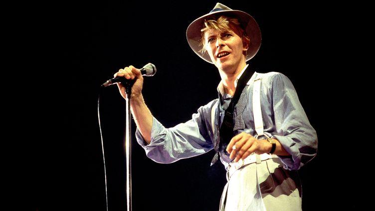 Le chanteur et musicien anglais David Bowie sur scène, en mars 1983 à Chicago (Etats-Unis). (PAUL NATKIN / WIREIMAGE /  GETTY)