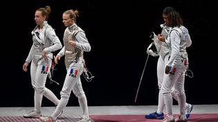 L'équipe de France féminine de fleuret s'est inclinée en finale face aux Russes, jeudi 29 juillet, à Tokyo. (FABRICE COFFRINI / AFP)