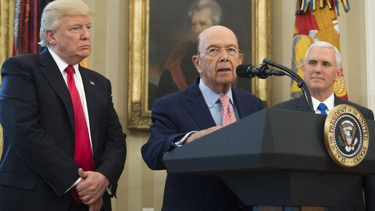 Wilbur Ross aux côtés de Donald Trump, le 31 mars 2017. (SAUL LOEB / AFP)