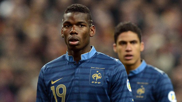 Paul Pogba devant Raphaël Varane (FRANCK FIFE / AFP)