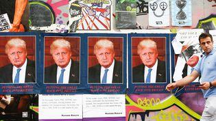 """""""DORIS BORUMP"""", une œuvre du street-artisteSTOT21stcplanB qui mêle les visages de Boris Johnson et Donald Trump, placardée sur un mur de Londres le 26 juillet 2019. (HENRY NICHOLLS / REUTERS)"""