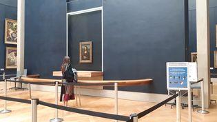 """Dans la salle des États, devant la Joconde, le""""parc d'attente à l'américaine"""" qui encadre la file des visiteurs a été agrandi. (ANNE CHEPEAU / RADIO FRANCE)"""